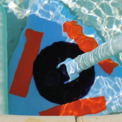 Conseils piscine : passez l'aspirateur dans votre bassin.